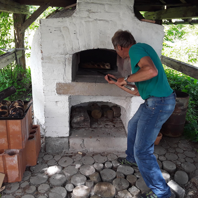 Brotbacken im traditionellen Stein-Backofen