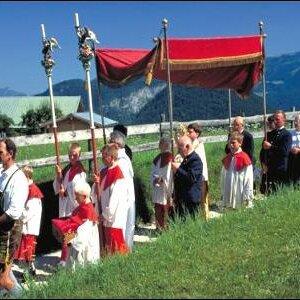 Traditionelle Fronleichnamsprozession mit allen Brauchtumsvereinen in Marktschellenberg