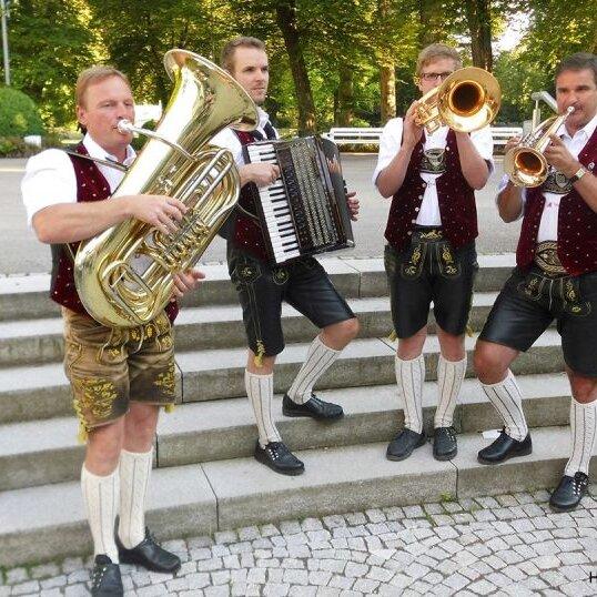 """Volksmusik im Brunnenhof mit den """"Heuberg Boarischen"""""""