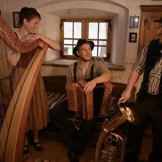 """Volksmusik im Brunnenhof mit der """"Pasterkopf-Musi"""""""