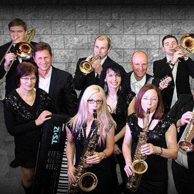 """Tanz in den Mai  mit der """"Overman Brassband"""""""