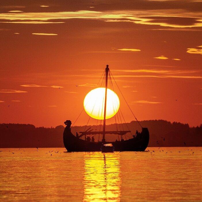 Fahrt in den Sonnenuntergang mit dem Wikingerschiff FREYA