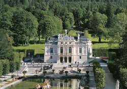 Führungen durch Hundinghütte und Gurnemanzklause im Schloss Linderhof