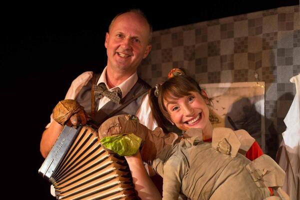 Frau Schaum und ein Dino | Foto: Theater Jaro