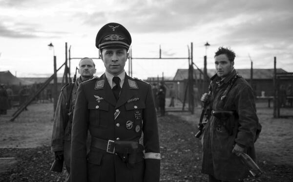 Der Hauptmann: Willi Herold (Max Hubacher) mit Freytag (Milan Peschel) und Kipinski (Frederick Lau). © Julia M. Müller / Weltkino Filmverleih | Weltkino Filmverleih GmbH