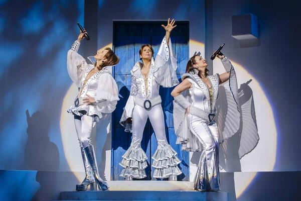 Szenenfoto aus MAMMA MIA!, das Musical mit den Hits von ABBA .2018 on Tour, auf diesem Bild v.l. Betty Vermeulen (Tanja), Sabine Mayer (Donna), und Barbara Rauenegger (Rosie) als die 3 Dynamos. | Stage Entertainment/Morris Mac Matzen