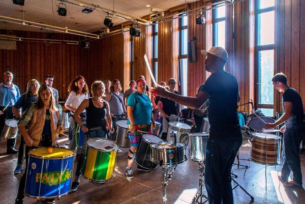 Anspruchsvolle Workshops mit international bekannten Samba-Dozent*innen | Henning Schossig