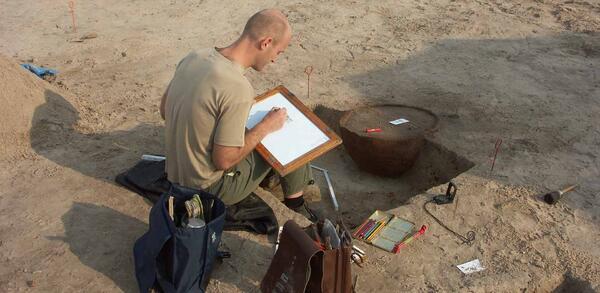 Archäologe bei der Dokumentation in Biesdorf | © ABA Schirmer & Bräunig GbR