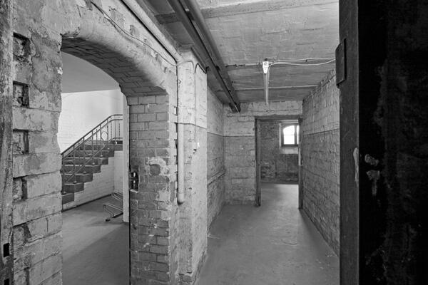 Innenansicht des SA-Gefängnisses vor dem denkmalgeschützten Umbau zum Gedenkort 2011 | © Johannes Kramer