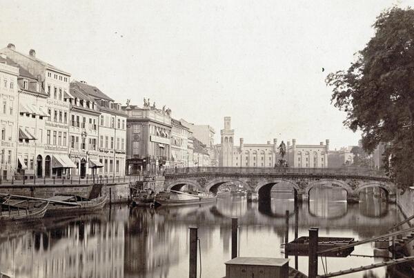 Burgstraße und Spree. Blick über die Lange Brücke zum Mühlendamm mit den Königlichen Mühlen, 1856 (Ausschnitt) | © Stadtmuseum Berlin | Foto: unbekannter Fotograf (Leopold Ahrendts zugeschrieben)