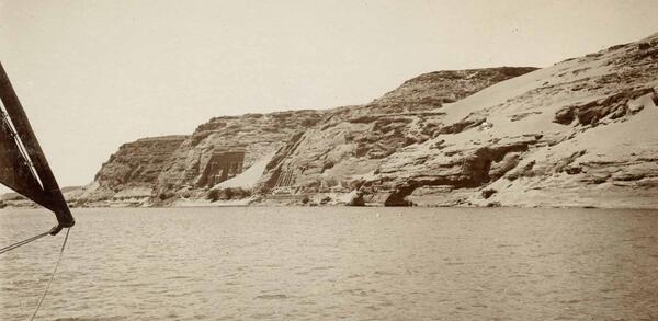 Blick auf die Felstempel von Abu Simbel (Ph. 5944) | © Staatliche Museen zu Berlin, Ägyptisches Museum und Papyrussammlung, Fotoarchiv.