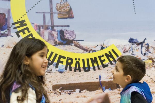 Natürlich heute! – Elef und Kerem räumen den Strand auf. | © Labyrinth Kindermuseum Berlin, Foto: Jan Ernsting