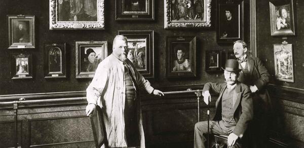 Wilhelm Bode (sitzend) mit dem Restaurator Alois Hauser (links) und Max J. Friedländer im Alten Museum, um 1900 | © Staatliche Museen zu Berlin, Zentralarchiv, Fotosammlung