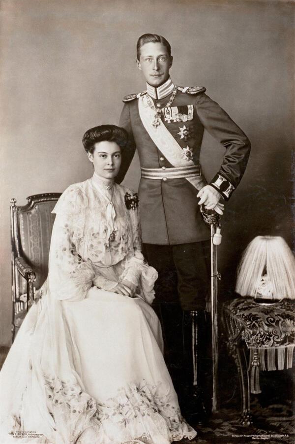 Bieber: Kronprinz Wilhelm mit seiner Braut Cecilie, 1904, Hohenzollern-Familienfotos | © SPSG