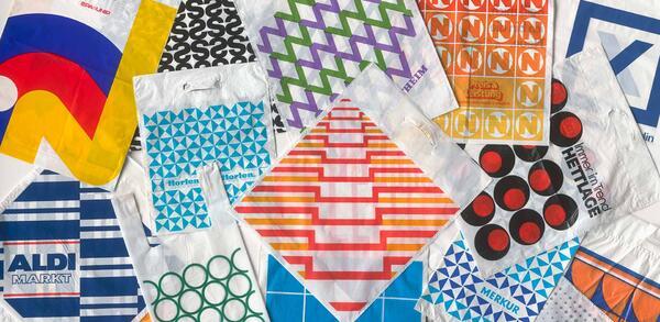 Plastiktüten der 1960er- bis 1980er-Jahre aus der Sammlung Tobias Sadecki (Cool Collection Berlin) | © Dietmar Katz