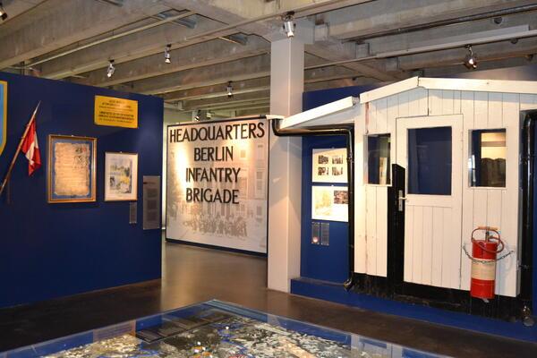 Dauerausstellung im AlliiertenMuseum: Care-Paket, Spionagetunnel, Fassade des Wachhäuschens vom Checkpoint Charlie | © AlliiertenMuseum / Chodan