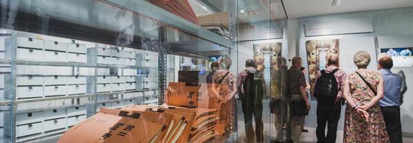 Ausstellungsbegleitung in der Ausstellung 'Einblick ins Geheime' | © BStU / Popa