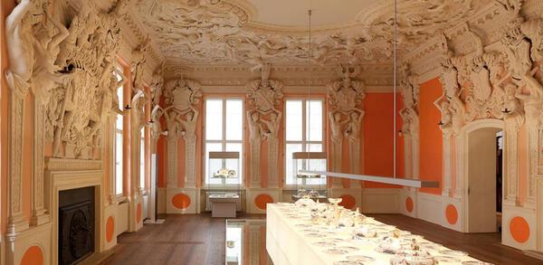 Wappensaal mit gedeckter Porzellantafel | © Staatliche Museen zu Berlin, Kunstgewerbemuseum (Köpenick) / Johannes Bartsch