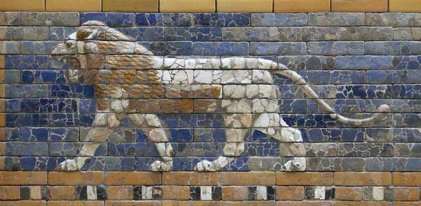 Schreitender Löwe von der Prozessionsstraße, Babylon, Zeit König Nebukadnezars II. (604–562 v. Chr.) | © Staatliche Museen zu Berlin, Vorderasiatisches Museum / Olaf M. Teßmer CC NC-BY-SA