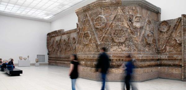 Die Mschatta-Fassade im Obergeschoss des Pergamonmuseums | © Staatliche Museen zu Berlin, Pergamonmuseum / Bernd Weingart