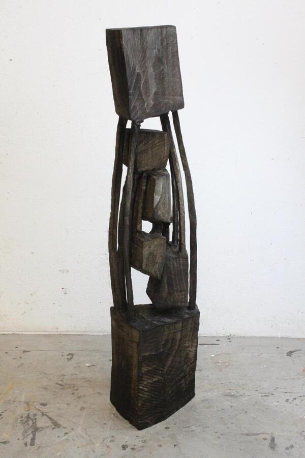 Armin Göhringer, o.T. 2016   Holz geschwärzt   146 x 32 x 26 cm   Galerie Root