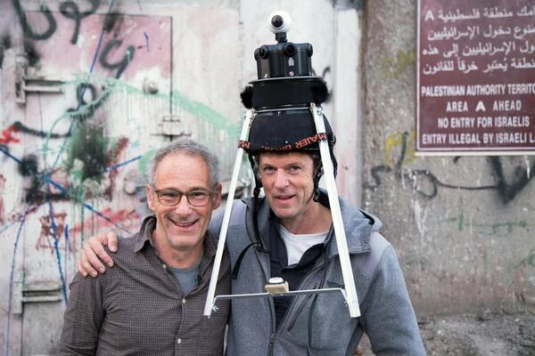 Dani Levy (links) und Kameramann Filip Zumbrunn (rechts) am Drehort der Episode Liebe/Love vor der Sperrmauer | © Medea Film, Foto: David Donschen