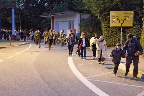 Die Gewerkschaft der Schleusenden bringt Flüchtlinge über eine unbesetzte Grenze von Österreich nach DeutschlandFoto: Björn Kietzmann