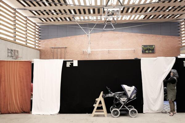 """""""Wir haben Räume aus Holz und Stoff in die Halle gebaut. Jede Familie hat so wenigstens etwas Privatsphäre. Laut ist es trotzdem"""", sagt Matthias Strobel"""