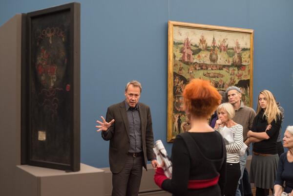 """Im November führte Kurator Stephan Kemperdick Zitty-Leser  durch die Ausstellung """"Hieronymus Bosch und seine Bilderwelt im 16. und 17. Jahrhundert"""" in der Gemäldegalerie. Foto: F. Anthea Schaap"""