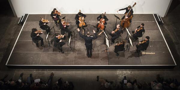 DEU, Deutschland, Berlin, 04.02.2016, Rundfunk-Sinfonieorchester Berlin: Stipendiaten und Mentoren der Orchesterakademie des RSB im Kühlhaus Berlin, Moderation: Volker Wieprecht, [(c) Kai Bienert, Borkumstr.10, 13189 Berlin, Tel: 030 4719696, Mobil: 0171 5418507, Email: kb@mutesouvenir.com, www.mutesouvenir.com, Bankverbindung: Deutsche Bank 24, BLZ: 10070024, KTO: 2067650, IBAN: DE83100700240206765000, BIC(SWIFT):DEUTDEDBBER, Finanzamt Berlin Pankow/Weissensee, StNr.:35/229/00156, UST-ID:DE137081101,NUTZUNG NUR GEGEN HONORAR UND COPYRIGHTNENNUNG!WWW.FREELENS.COM/CLEARING/] [#0,26,121#]